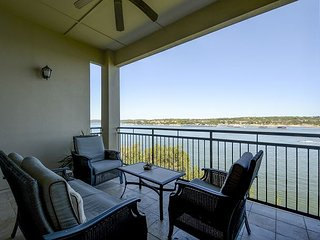 Stylish 2BR Condo w/ Private Lakefront Balcony, 2 Miles to Hamilton Greenbelt