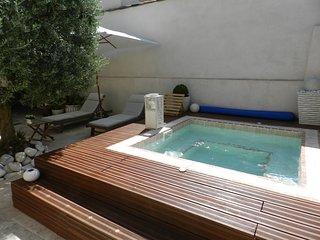 Le Maset des Aires avec Spa extérieur en été