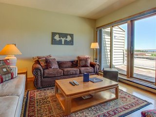 Comfortable mountain condo, close to slopes w/ balcony, views & shared hot tub