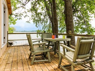 Lakefront cottage w/ stunning views, enclosed porch, & dock access!