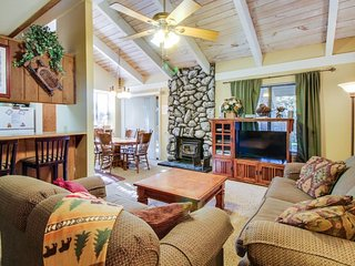 Cozy, two-story condo w/ mountain views, shared pool, hot tub + close to skiing!