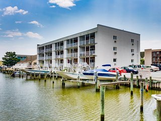 Charming, family-friendly condo with a private dock on the bay!