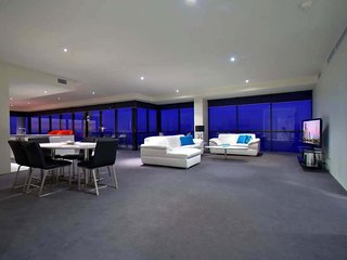 3 bed level 65 Sub Penthouse Heart of Surfers, Surfers Paradise