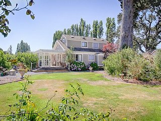Rose Garden Charmer in Wine Country with Spacious Deck