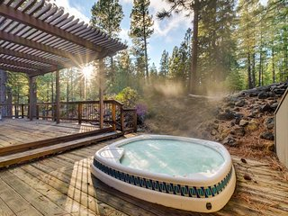 A private hot tub, a lovely deck, shared resort pools, and bikes for rent!, Black Butte Ranch