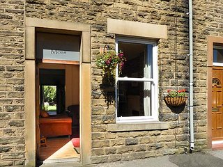 FEATHERBED MOSS COTTAGE, terraced cottage with WiFi, garden with furniture, in Glossop, Ref 919169