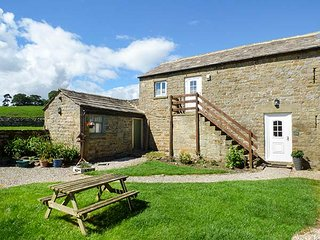 THE HAYLOFT, stone-built barn conversion, pet-friendly, off road parking, walks from the door, near Masham, Ref 920051