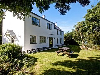 TY GWYN, off road parking, garden, pet-friendly, WiFi, nr Goodnhavern, Ref
