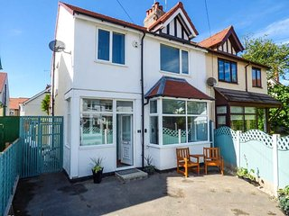 EASY REACH, close to beach, pet-friendly, WiFi, off road parking, in Rhos-on-Sea, Ref 934499