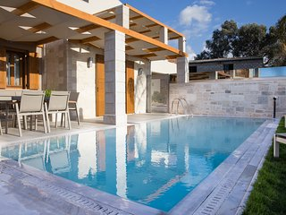 Villa Athena, mythical aura! Heated pool & Jacuzzi, Rethymnon