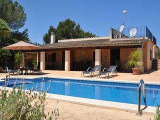 Casa de Campo Sera 2101 Llubi con piscina y al lado de un parque