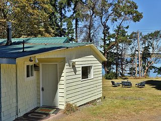 Cozy 2 Bedroom Cottage w/front row seat to World-Famous Penn Cove Mussel Farm, Coupeville