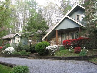 Storybook Chalet with plenty of free parking and walk to Arts & Crafts, Gatlinburg