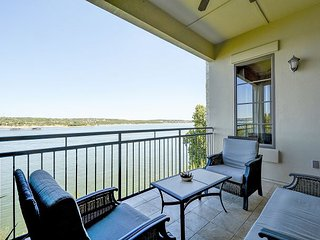 Sophistication on Lake Travis with A Private Balcony & On-site Spa, Lakeway