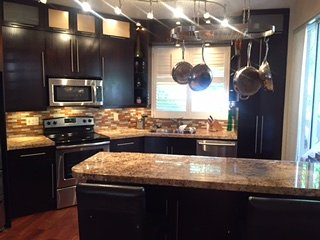 Beautiful Chef's kitchen fully equipped.
