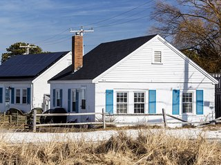 #304: Beachy keen cottage! Across from Mayo Beach, and short walk to downtown.