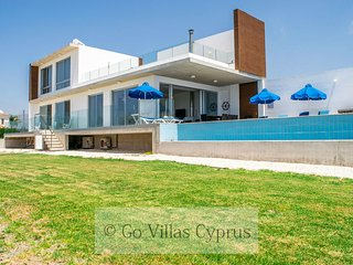Beachfront 4BR modern luxury villa, games,gym,wifi