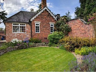 ORCHARD COTTAGE, woodburner, WiFi, hot tub, enclosed garden, in Calwich, Ref 6093