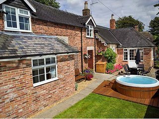 ORCHARD COTTAGE, woodburner, WiFi, hot tub, enclosed garden, in Calwich, Ref 609