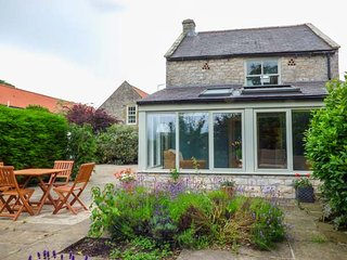 THE GRANARY, detached stone cottage, open fire, WiFi, private enclosed patio, Kirkbymoorside Ref 936454