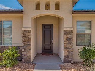 3 Bedroom House Near Sand Hollow! 30 miles to Zion!, Hurricane