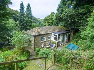 THE COACH HOUSE, first floor character property, WiFi, off road parking, in Holmfirth, Ref 935565