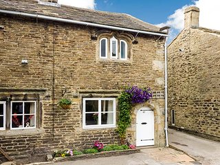 TEAL COTTAGE, traditional romantic retreat, fantastic walking country, WiFi, courtyard garden, Skipton, Ref 936273