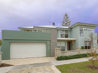 Lloyd House-Perfect retreat for large family, South Fremantle