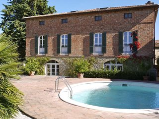 This marvelous villa is located in the heart of Tuscany, near the enchanting tow