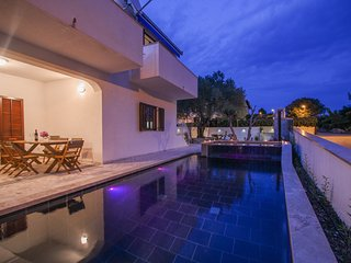 Holiday house with swimming pool and jacuzzi, Okrug Donji