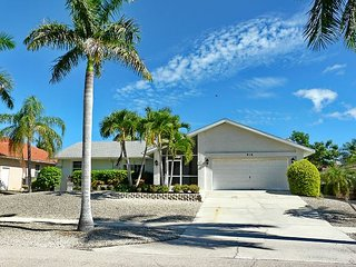 Picturesque house with heated pool and a short walk to beach, Marco Island