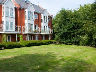 2 Bed Apartment near Water Front, Woodbridge