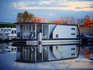 HomeBoat Glamping on the water