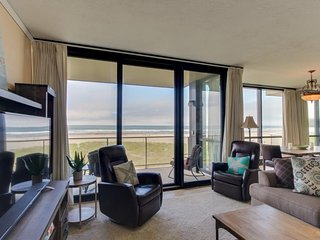 Spacious, dog-friendly oceanfront getaway w/ shared pool, close to everything!, Seaside