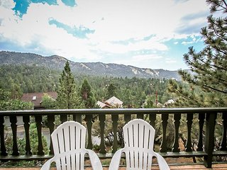 VIIEWS!  Private HOT TUB!  TREE ViEWS  w/  NICE  HOT TUB!, Big Bear Region