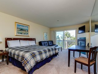 Dog-friendly studio with ocean views and a balcony - close to the beach!, Lincoln City