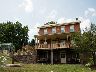 4BR 19th-century brick farmhouse with scenic view, Hershey