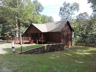 Cozy 2 Bedroom 2 Bath Cabin with Large Screened in Back Deck in Ellijay Georgia