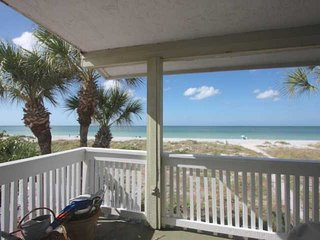 Vintage Beachfront Charmer, Huge Balcony, W/D, Wi-Fi, Cable, BBQ, Walk to Crabby