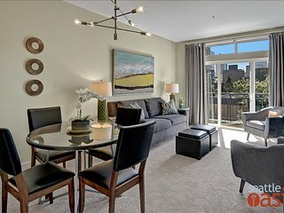 1 Bedroom Sophisticated Urban View Oasis, Seattle