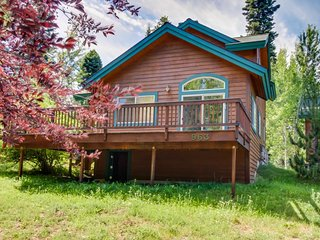 Lovely alpine condo w/ deck and community hot tub, pool, & sauna!