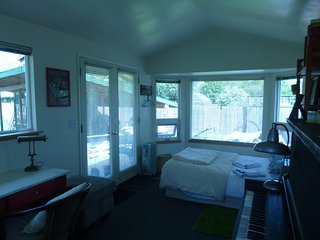 Backyard Cabin near U of O Hayward Field, Cafes