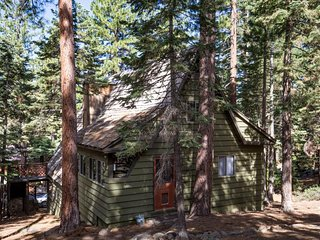 Rustic ski cabin with lake views, close to beach, skiing & conveniences!