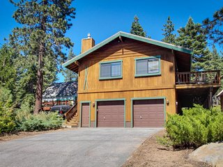 Cozy home w/ lake views from deck - walking distance to beach!, Tahoe Vista