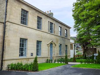 CRAGDALE, luxury first floor apartment with king-size en-suite bedroom, allocated parking and WiFi, in Settle, Ref 936312