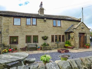 UPPER FLIGHT STACK, superb cottage, woodburner, WiFi, enclosed patio, pet-friendly, Oxenhope, Ref 939445