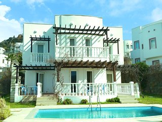 SPACIOUS VILLA OWN POOL ON SITE WITH AQUA PARK