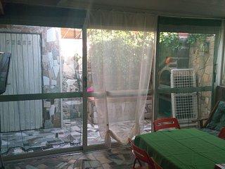 altro lato della cucina soggiorno con doccia esterna