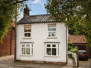 TRUWELL, pet-friendly cottage with courtyard, woodburner, WiFi, in Foulsham, Ref 925929