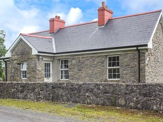 PRIMROSE COTTAGE, stone cottage, gardens, all bedrooms with en-suite, pet-friendly, solid fuel stove, nr Carrick-on-Shannon, Ref 940613